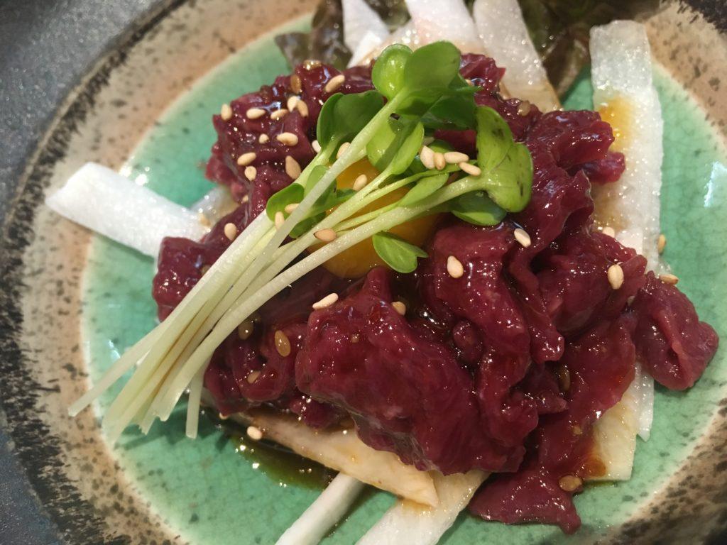 黒松屋餃子の馬肉ユッケ