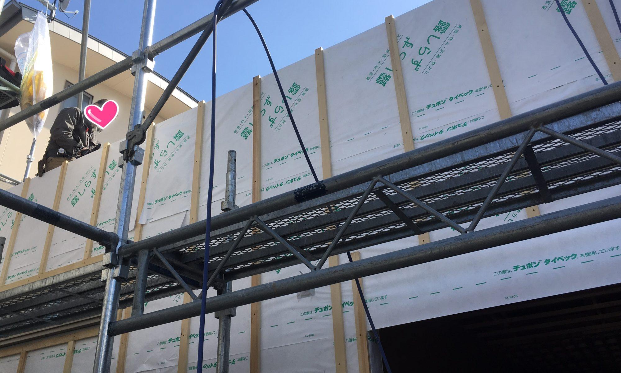 足場も組まれて屋根工事中です!ルーフィングも!