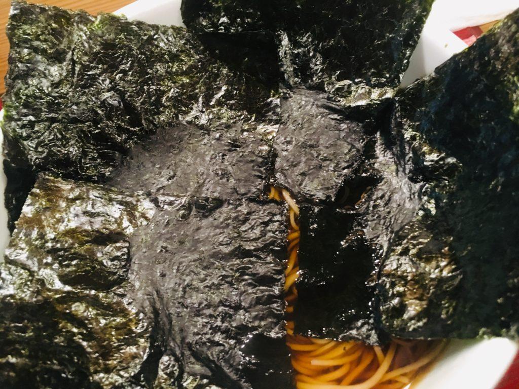 超細麺でほんのり甘い出汁です。ノリとネギだけのシンプルお蕎麦