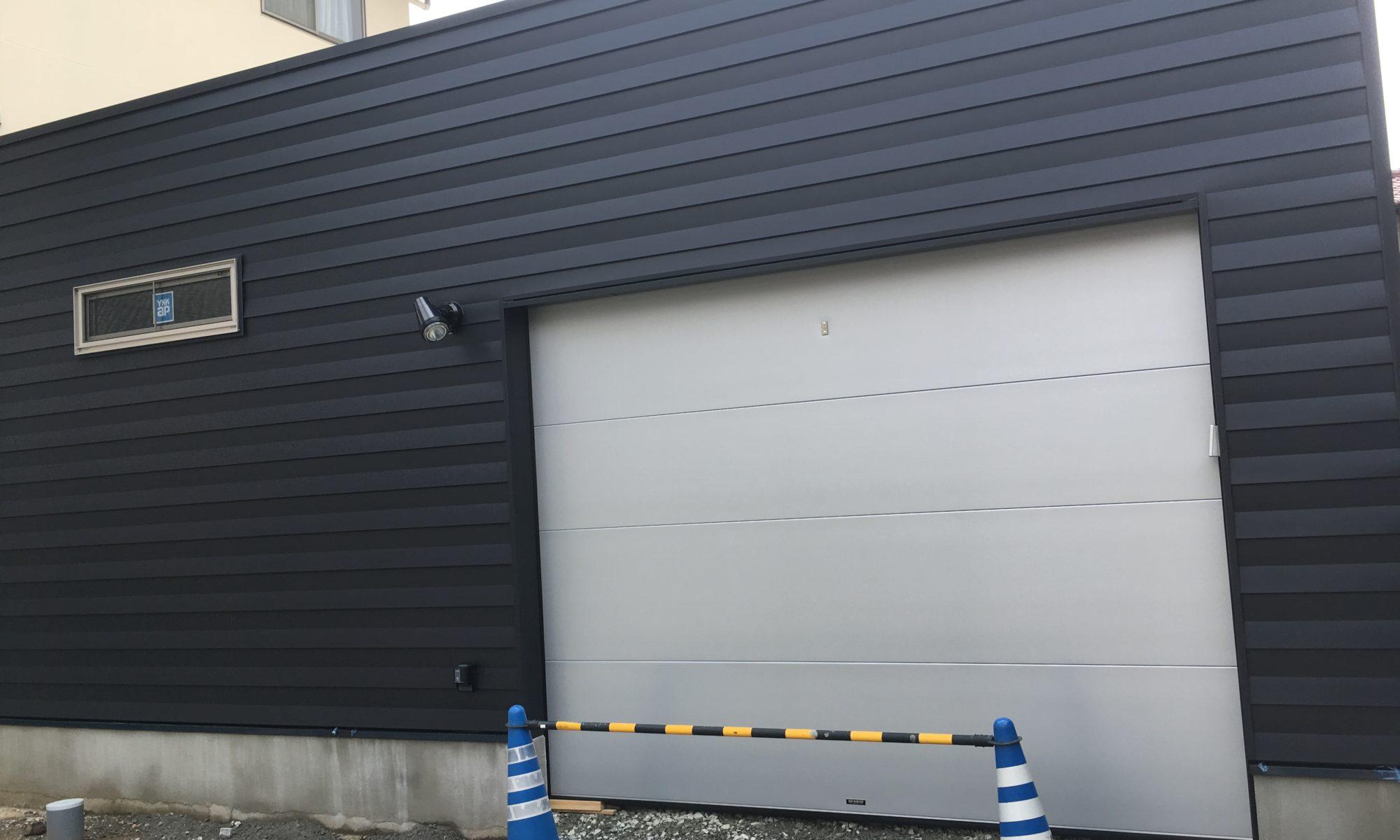 メタルフラットシャッターが取付けられたガレージ