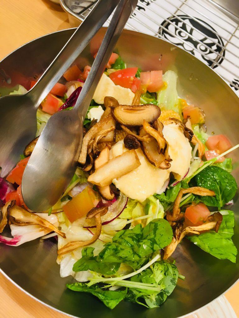 串カツあらたで食べた野菜サラダの写真