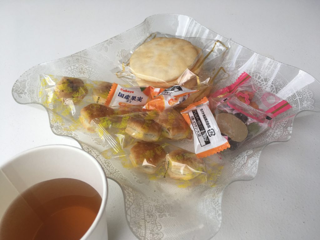 保坂農園さんでさくらんぼ狩りの後にいただいたお茶とお菓子盛り合わせの写真