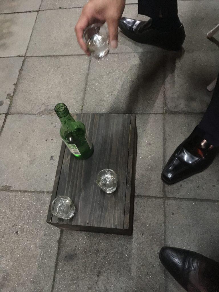 入店待ちの間、お先にお酒をだしてもらい韓国スタイルで呑みました!
