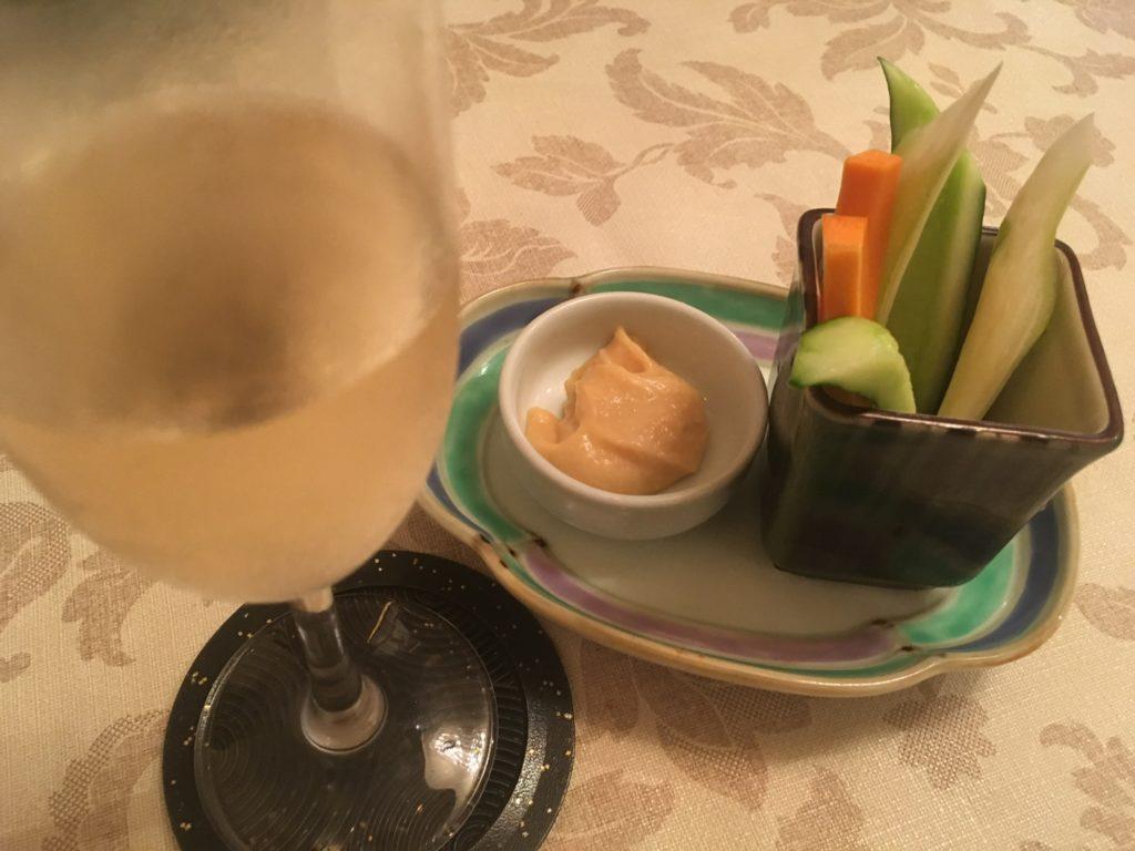 バーニャカウダとスパークリングワインの写真
