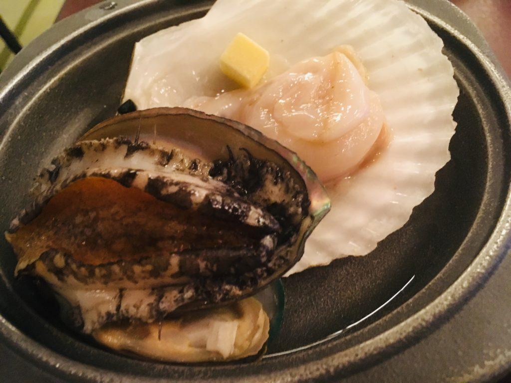 ホテル竜飛の夕食にでたアワビの写真